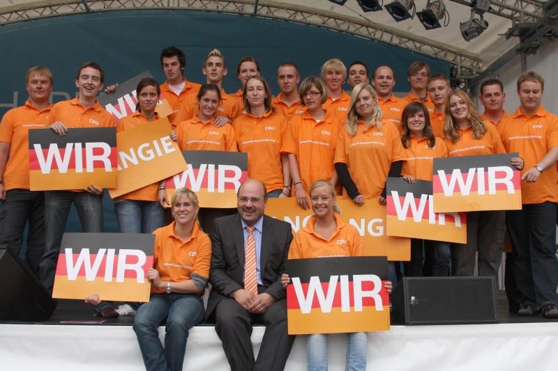 Steffen Kampeter mit dem Unterstützer – Team der Jungen Union Minden-Lübbecke