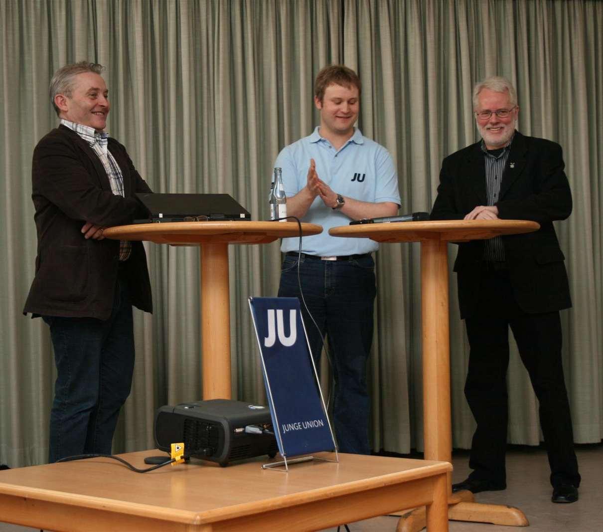 JU-Kreisvorsitzender Henning Vieker in Diskussionsrunde mit den Landtagskandidaten Karl Erich Schmeding (rechts) und Friedhelm Ortgies (links).
