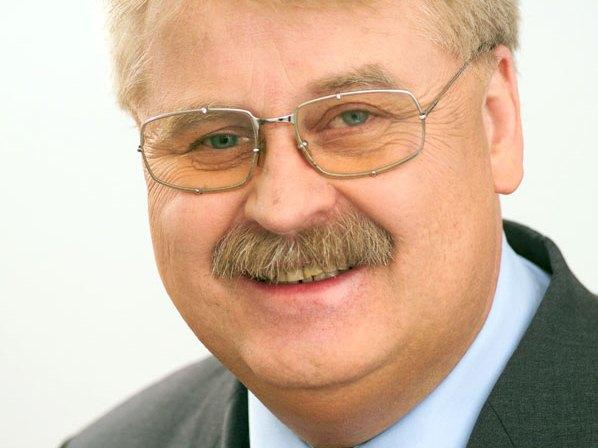 Der CDU-Europaabgeordnete für Ostwestfalen-Lippe, Elmar Brok, spricht bei der Bezirksversammlung in Espelkamp.