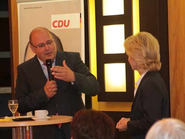 Steffen Kampeter MdB zusammen mit Bundesministerin von der Leyen