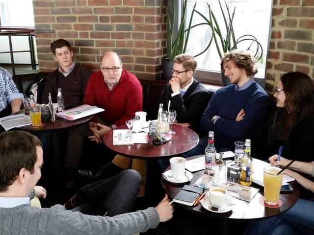 """Im """"New World"""" in Bielefeld diskutierten die JU'ler mit Steffen Kampeter MdB in lockerer Runde."""