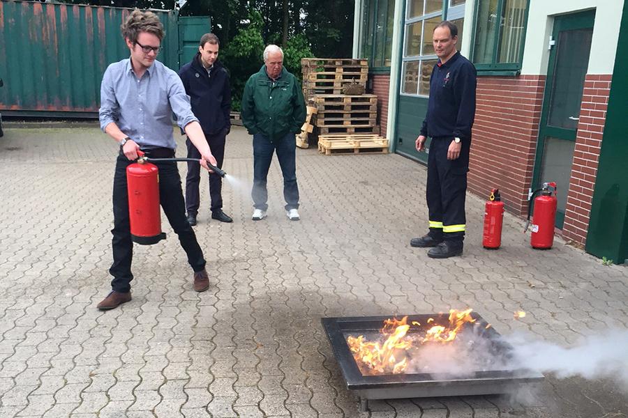 Marius Lampe, JU-Kreisvorstandsmitglied aus Stemwede, beim Einsatz eines Feuerlöschers